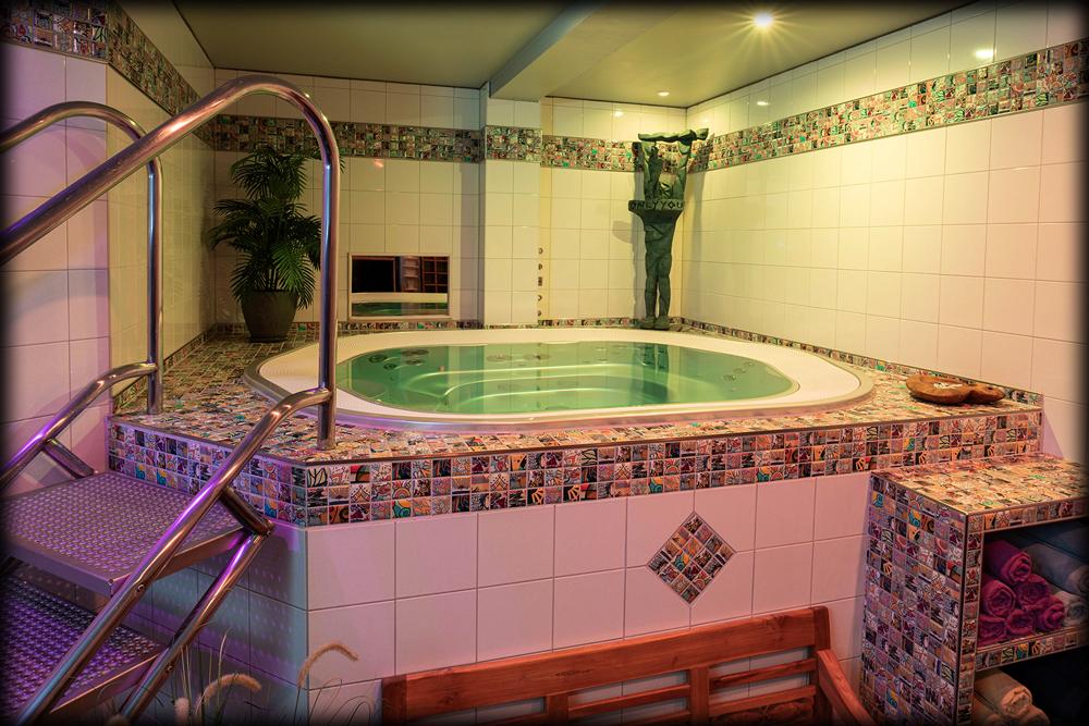 Pool im Swingerclub Avarus Berlin